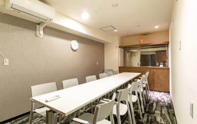 個室会議室完備 - V-SPACE新宿職安通店 フリースペースの設備の写真