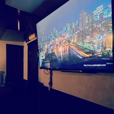 テレビが二つあり、ライブビューイングからインターネットを利用した試聴も可能です。 - Possib コミュニティBARの室内の写真