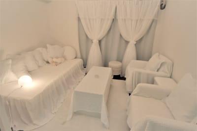 お昼間は遮光カーテンを閉めれば、プロジェクターも綺麗に投影できます𓂃◌𓈒𓐍 - party coco NUMA部屋の室内の写真