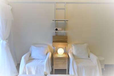 プロジェクターで推しのライブ配信𓂃◌𓈒𓐍  - party coco NUMA部屋の室内の写真