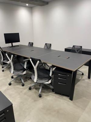地下1階個室:会議室や控室利用可能 - A YOTSUYA 平日限定:地下1階多目的スペースの室内の写真