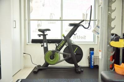 スピンバイク『FITBOX PRO』モニター付き。 トレーニングプログラム視聴可能。 - セルフィット武蔵小山店 レンタルジム、パーソナルジムの室内の写真