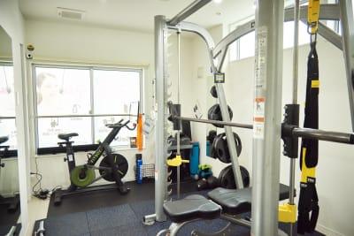 高品質マシン『スミスマシン』完備 - セルフィット武蔵小山店 レンタルジム、パーソナルジムの室内の写真