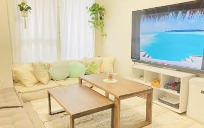 オーダーメイドのテーブルは、引き出すと広くお使いいただけます。 - 天王寺Hono 天王寺レンタルスペースほのの室内の写真