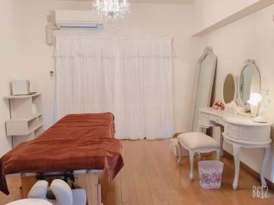 フェミニン系のホワイトインテリアを取り揃えた室内 - Aventa レンタルサロンの室内の写真