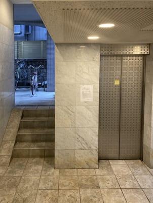 1階エレベーターホール - Aventa レンタルサロンの入口の写真