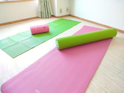 ヨガマット、ヨガポール、筋膜リリース - のんびりスタイル高田馬場 のんびりできるお部屋の室内の写真