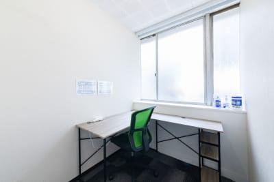 1人用のスペースですが、簡単な打ち合わせ用に折りたたみ椅子も1つございます。 - テレワークスペース個室 新橋 テレスペ新橋の室内の写真