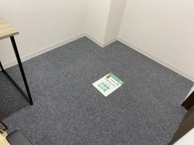 1人用の部屋ですが机の横に少しスペースが空いています。 折りたたみ椅子を1つ置いていますので、簡単な打ち合わせもどうぞ。 - テレワークスペース個室 秋葉原 テレスペ秋葉原の設備の写真