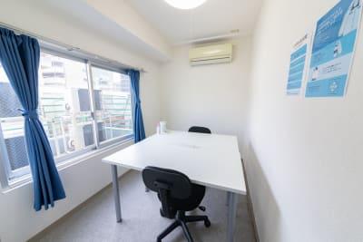 大きな窓がある開放的なスペースです。 - テレワークスペース個室 恵比寿 テレスペ恵比寿の室内の写真
