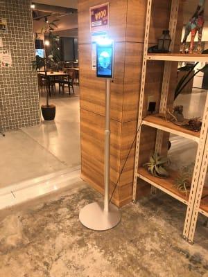 ご利用前にフロント前の非接触体温計で体温をチェックしていただきます。 - THE STAY OSAKA コワーキング・多目的スペース6の室内の写真