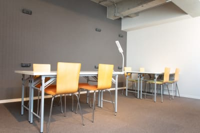 広々とした空間の他に、別室の会議室もご用意しております!21.5型ワイド液晶ディスプレイ、ホワイトボードも無料でご利用いただけます。 - THE STAY OSAKA コワーキング・多目的スペース7の室内の写真