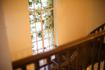 共用部(廊下・階段)での撮影をご希望の場合は事前にご相談ください。 - 北浜第三写真室 撮影スタジオ&ギャラリーの室内の写真