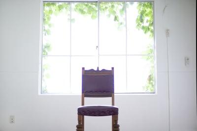 蔦の絡まる窓から優しい自然光が入ってきます。 - 北浜第三写真室 撮影スタジオ&ギャラリーの室内の写真