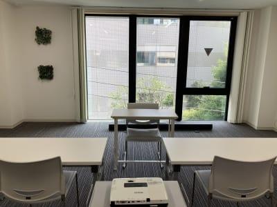 大きな窓で開放感のある会議室 - シェアオフィスURL花京院 4F会議室の室内の写真