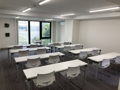 NEW OPEN!新築オフィスビル1フロアを会議室として貸出!Wi-Fi・ホワイトボード・プロジェクタ(スクリーン付)無料★ - シェアオフィスURL花京院 4F会議室の室内の写真
