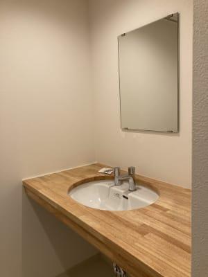 トイレ完備 - シェアオフィスURL花京院 4F会議室の設備の写真