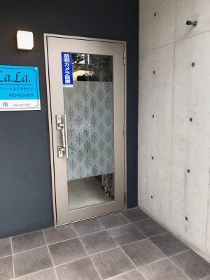 salon La.La. 施術台のあるサロンの入口の写真