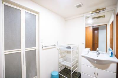 更衣室です。お手洗いとシャワールームが併設されております。 - ON THE LINEジムの室内の写真