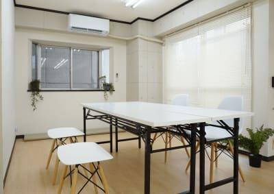 会議テーブル2つあり(4名着席可) - レンタルスタジオ キブラの室内の写真