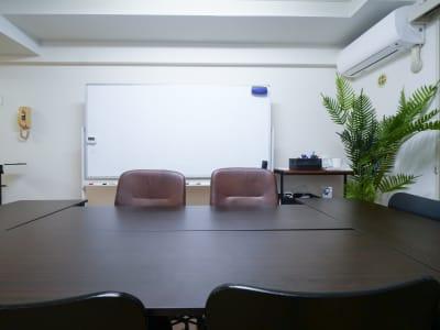 サンフラワービル シェアハコ会議室の室内の写真