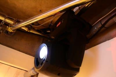 ムービングライト計4台設置 - 【ANTHEM】イベント・撮影 撮影・配信に アクリル板有の室内の写真