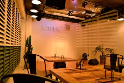 各テーブルにアクリル板を設置。換気扇や窓の開放も常時行っております。 - 【ANTHEM】イベント・撮影 撮影・配信に アクリル板有の室内の写真