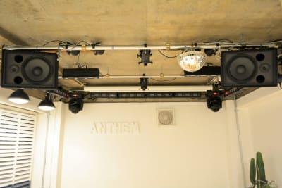 大型スピーカーが2台 - 【ANTHEM】イベント・撮影 撮影・配信に アクリル板有の室内の写真