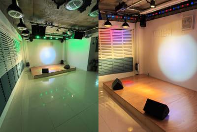 ムービングライトによるスポットライトやLEDバーライトなど、多くの照明設備で演出致します。 - 【ANTHEM】イベント・撮影 撮影・配信に アクリル板有の室内の写真