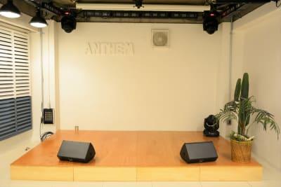 ステージサイズは、「幅320cm×奥行180cm×高さ20cm」です。 - 【ANTHEM】イベント・撮影 撮影・配信に アクリル板有の室内の写真