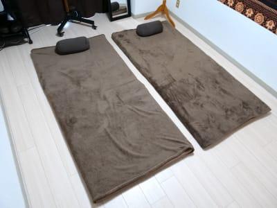 タイ古式マッサージなど床施術用マットレス2枚。ブランケットとクッションはキッチン横に収納されています。 - ゾウスペ新宿 会議室&サロンスペースの室内の写真