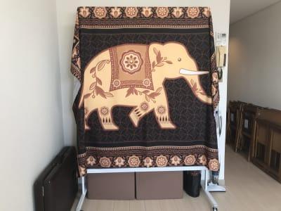 現在象のタペストリーはホワイトボードカバーとして使用しております。 - ゾウスペ新宿 会議室&サロンスペースの室内の写真