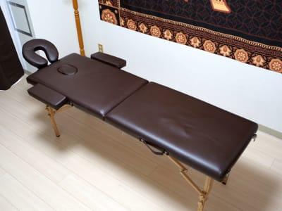 アームレスト、フェイスレストは棚にしまってあるため適宜ご利用ください。 - ゾウスペ新宿 会議室&サロンスペースの室内の写真