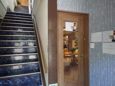 一階にて受け付けをしてください。 - OsakaStartupPark Room-2の入口の写真