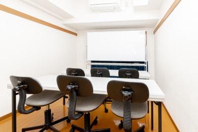 画像のようなスクール形式の配置も可能です。 - YK会議室吉祥寺 YK会議室吉祥寺303の室内の写真