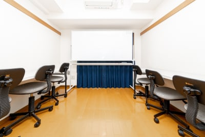 画像のような勉強会形式の配置も可能です。 - YK会議室吉祥寺 YK会議室吉祥寺303の室内の写真
