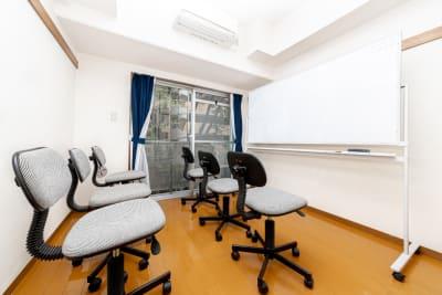 画像のようなセミナー形式の配置も可能です。 - YK会議室吉祥寺 YK会議室吉祥寺303の室内の写真
