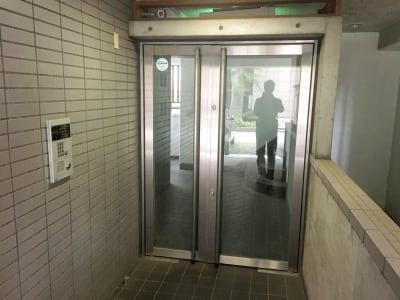 こちらがマンションのエントランスです。 - YK会議室吉祥寺 YK会議室吉祥寺303の入口の写真