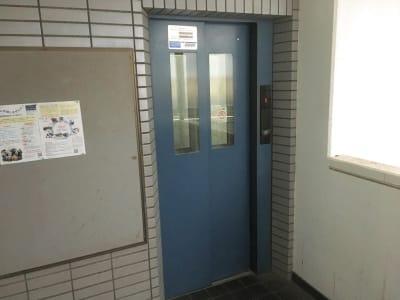 こちらのエレベーターから3階に上がります。 - YK会議室吉祥寺 YK会議室吉祥寺303の入口の写真