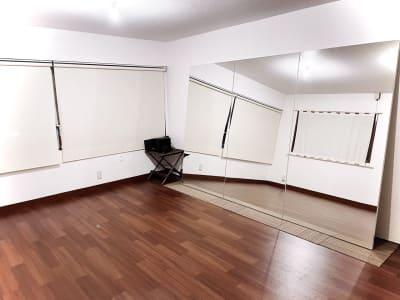 大きな鏡があるので、ダンスやヨガ、ピラティスやトレーニングにお使い頂けます。 - レンタルスタジオ東中野 少人数レッスンや配信スタジオの室内の写真