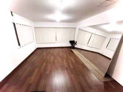 大きな窓が3つある、日中は日差しの入る明るいスタジオです。 - レンタルスタジオ東中野 少人数レッスンや配信スタジオの室内の写真