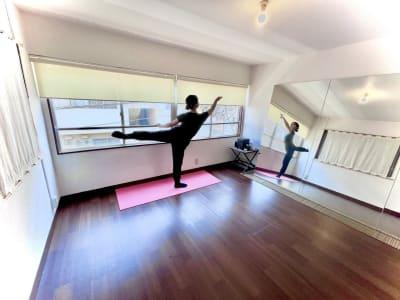 窓際に手すりを設置しておりますので、バレエの練習も可能です。 - レンタルスタジオ東中野 少人数レッスンや配信スタジオのその他の写真