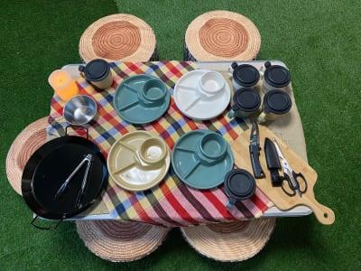 お皿にコップ、サバイバルナイフもあるよ🎵 - おうちでキャンプ幟町公園前の設備の写真