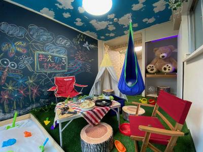 砂場・お絵かき・ハンモックなどなど楽しいものがいっぱいの室内キャンプ場🎵 - おうちでキャンプ幟町公園前の室内の写真