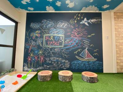 天井まである黒板に自由にお絵かきできるよ🎵 - おうちでキャンプ幟町公園前の設備の写真