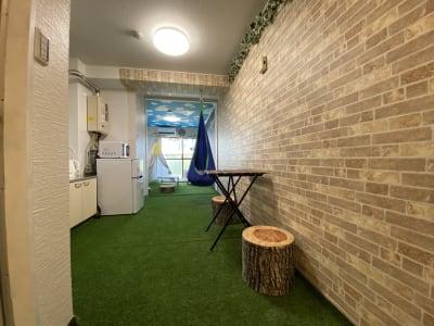 全面人工芝が気持ちいいよ🎵 - おうちでキャンプ幟町公園前の室内の写真