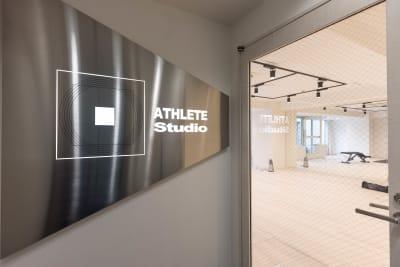 神田駅徒歩3分に位置し周りにはコンビニ・飲食店・カフェ多数 - ATHLETE Studio レンタルスタジオの入口の写真