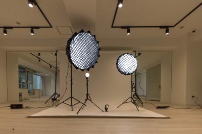 持ち運びの大変な照明機材、三脚も常備しております - ATHLETE Studio レンタルスタジオの設備の写真