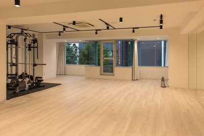スミスマシン、ベンチ、ケトルベル、ダンベルなどウェイト系器具も多く揃えています - ATHLETE Studio レンタルスタジオの室内の写真