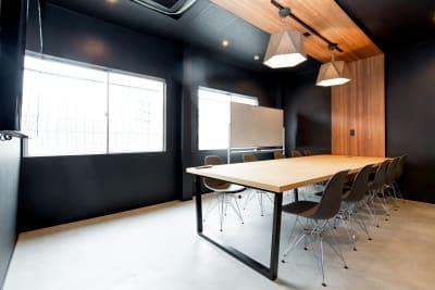 いいオフィス新大阪 大会議室の室内の写真